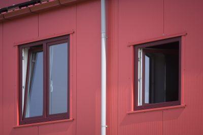 Bouwplast_kunststof_ramen_deuren_rood