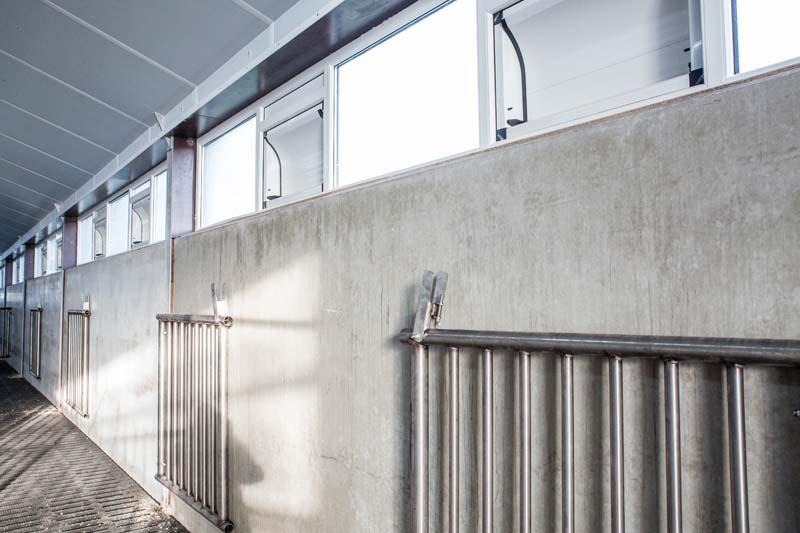 LuxAir daglicht en luchtinlaatsysteem in de Duurzame vleeskalverstal De Graaf in Ternaard (Friesland)