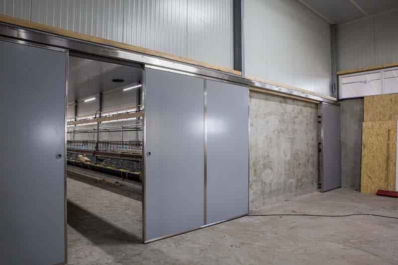 Bouwplast kunststof schuifdeuren in de duurzame vleeskalverstal De Graaf in Ternaard (Friesland)
